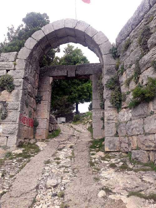 https://gezgince.com/Makale/33/415/7/4/d153a9cbc0d4ccafdcbf91e45fd6f0bcc23264cf/social/190__1200px-gulek-castle-gate.jpeg